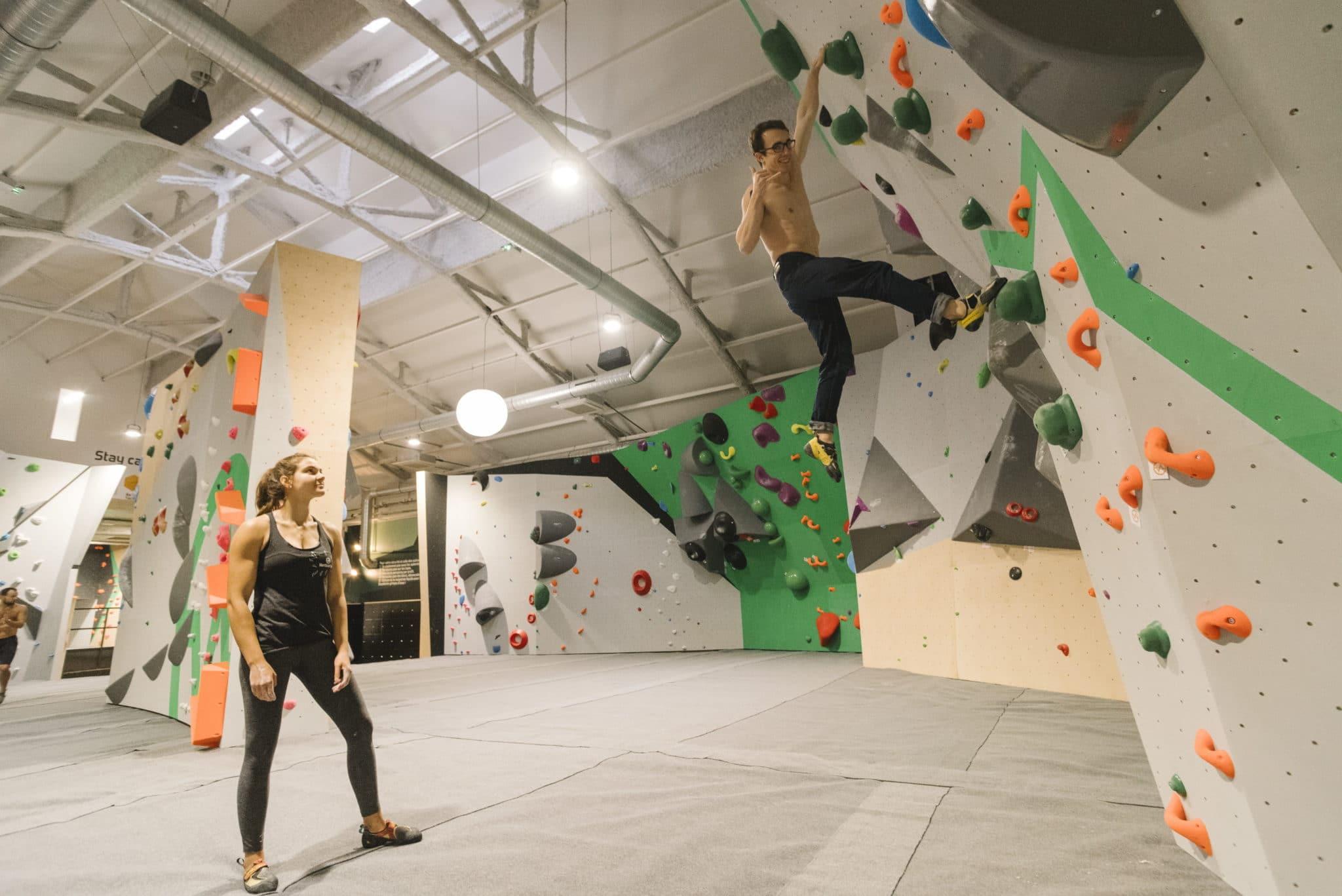 grimpeur à vertical'art Pigalle - salle d'escalade de bloc à paris - restaurant et bar