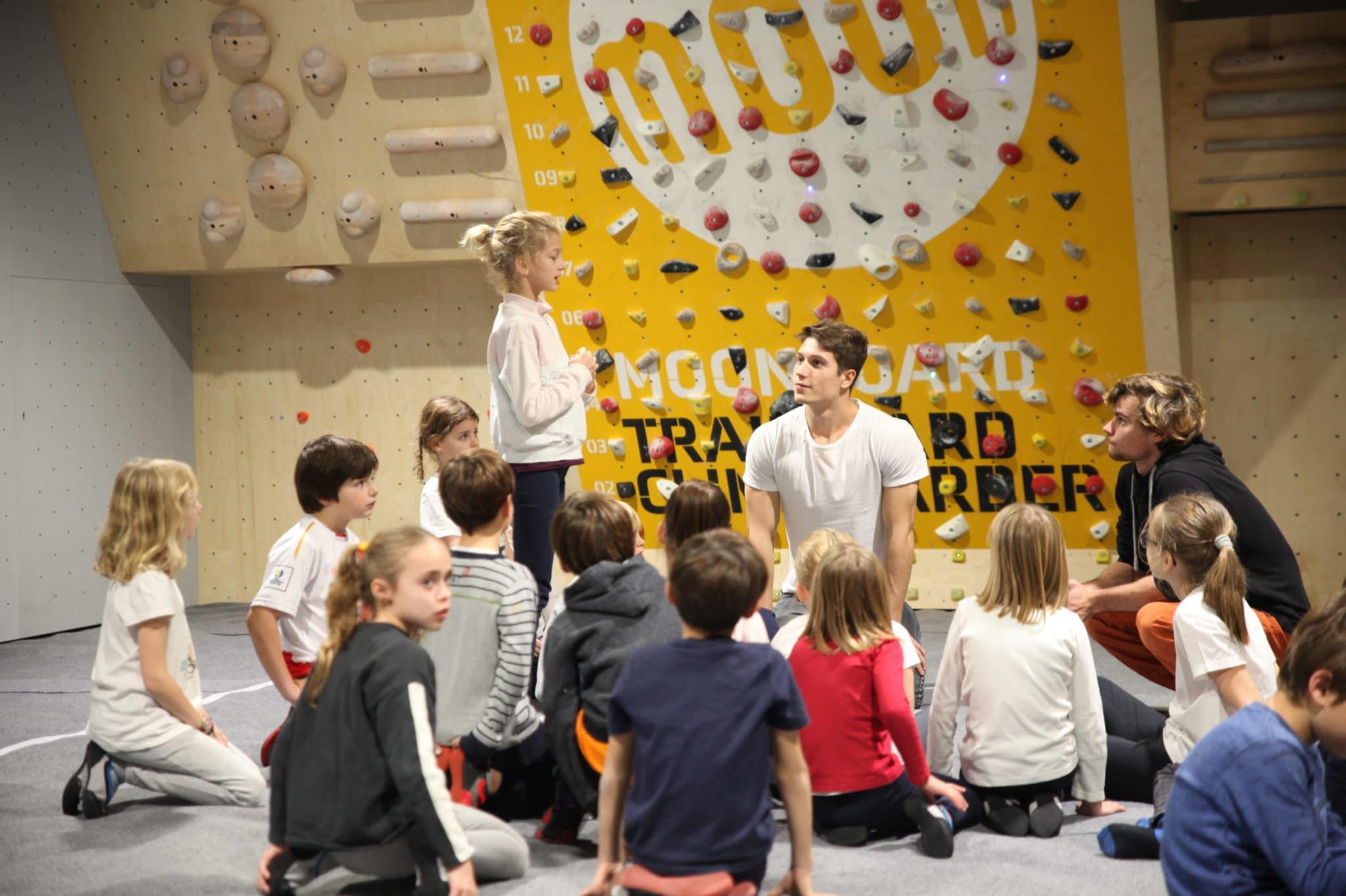 cours enfants à Vertical'Art pigalle - paris - salle d'escalade restaurant et bar - stage enfants