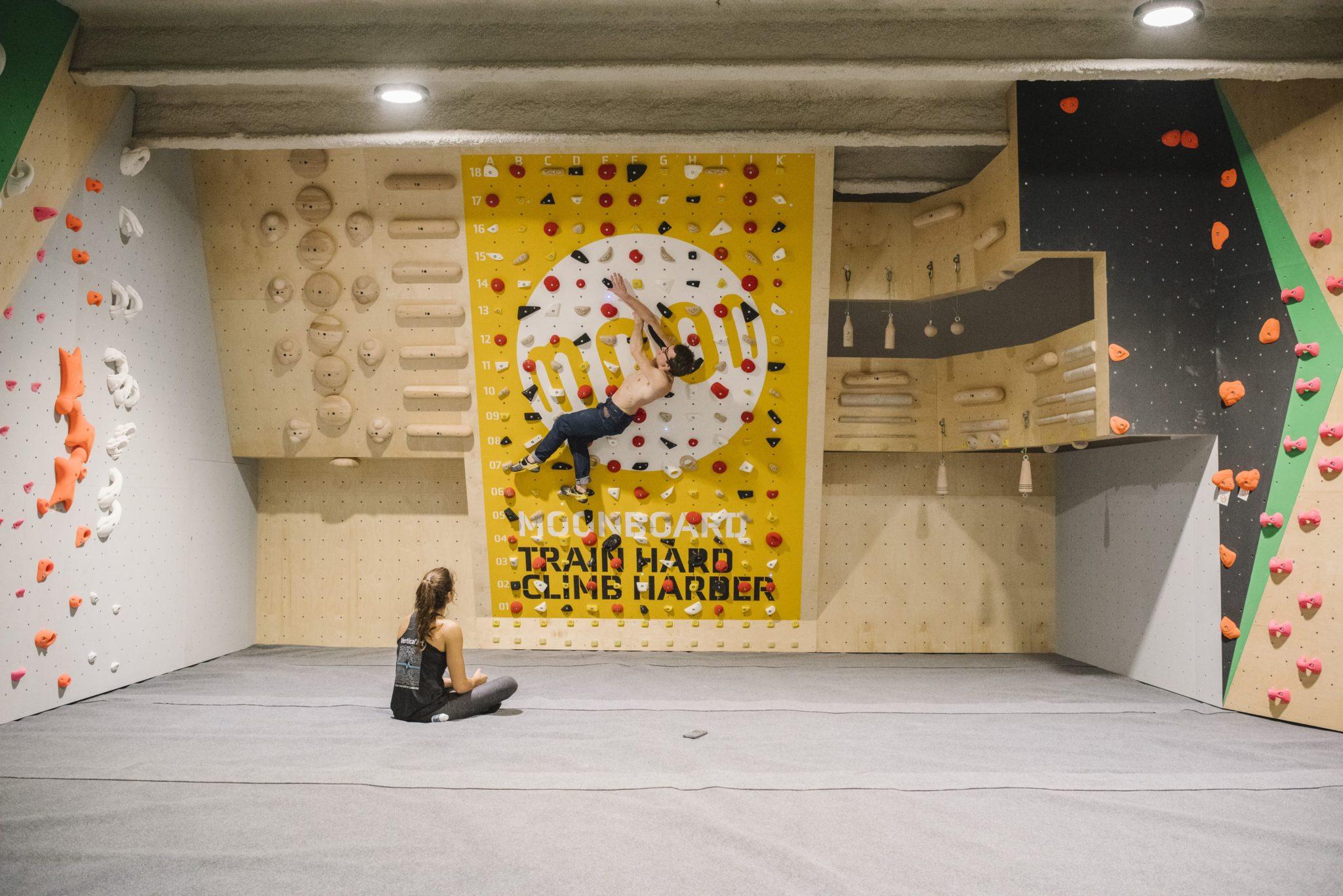 moonBoard à Vertical'Art Pigalle - Paris - salle d'escalade de bloc - training - restaurant & bar - grimpeur