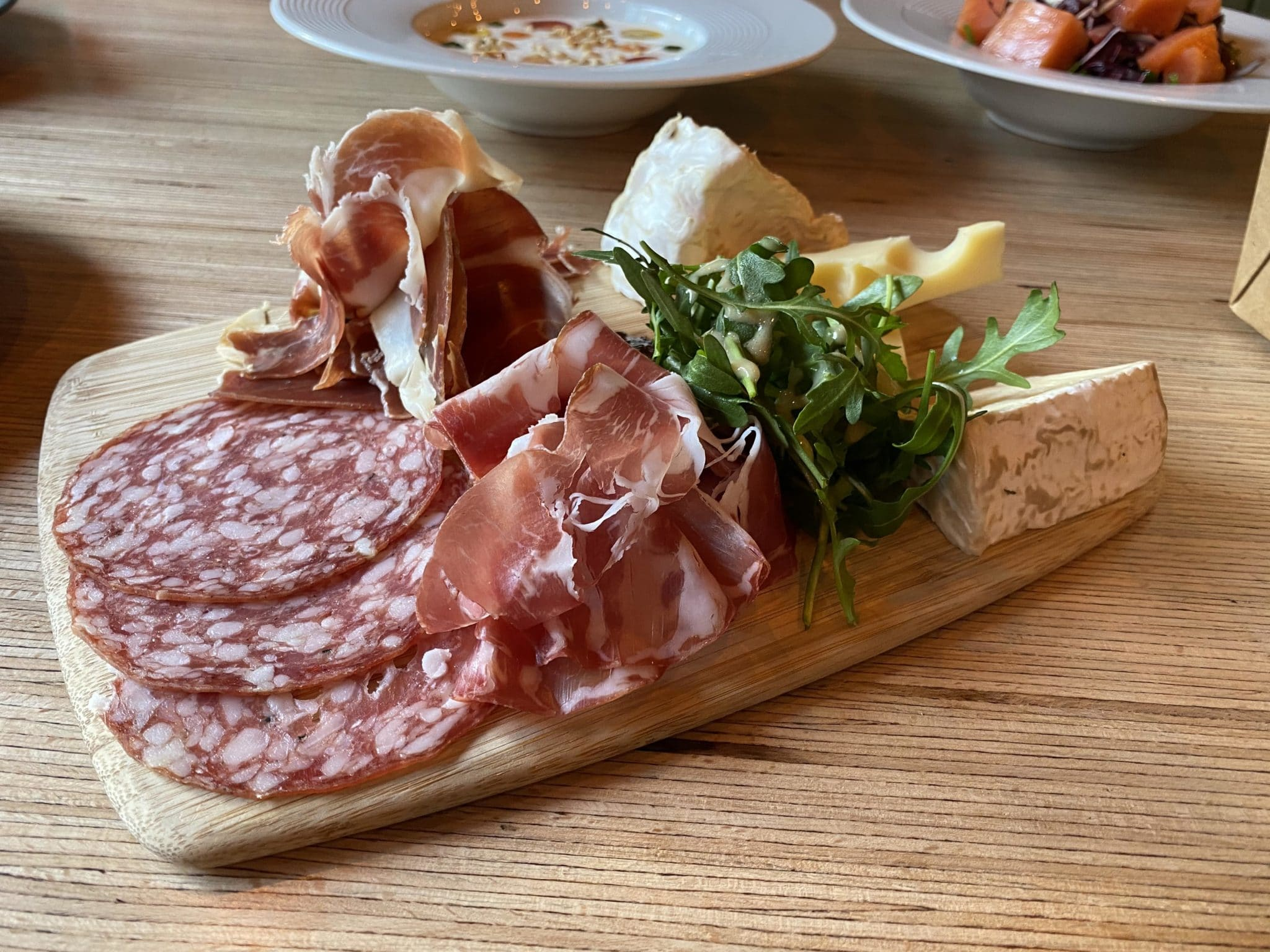 planche de charcuterie mixte - fromage - saucisson - salade - jambon de bayonne - produits frais - Vertical'Art Pigalle salle d'escalade restaurant bar