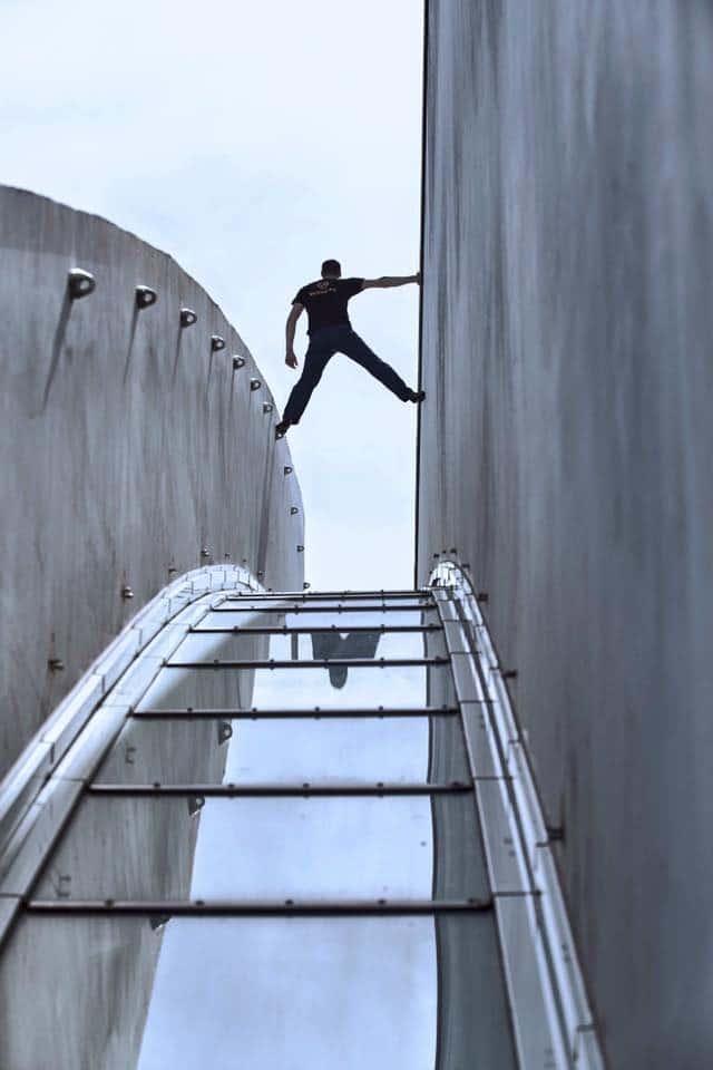 la grimpe urbaine, tendance qui réunit des grimpeurs passionnés, escalade outdoor, équilibre entre deux parois, team vertical'art